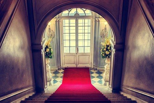 schodiště červený koberec